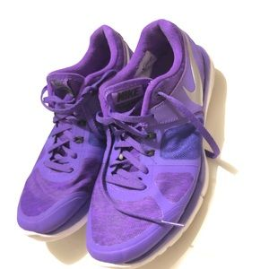 Nike women's sz 7.5 purple running shoe